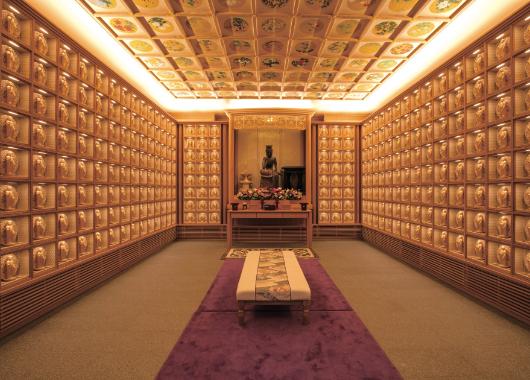 納骨壇フロア ご本堂 大仏の写真